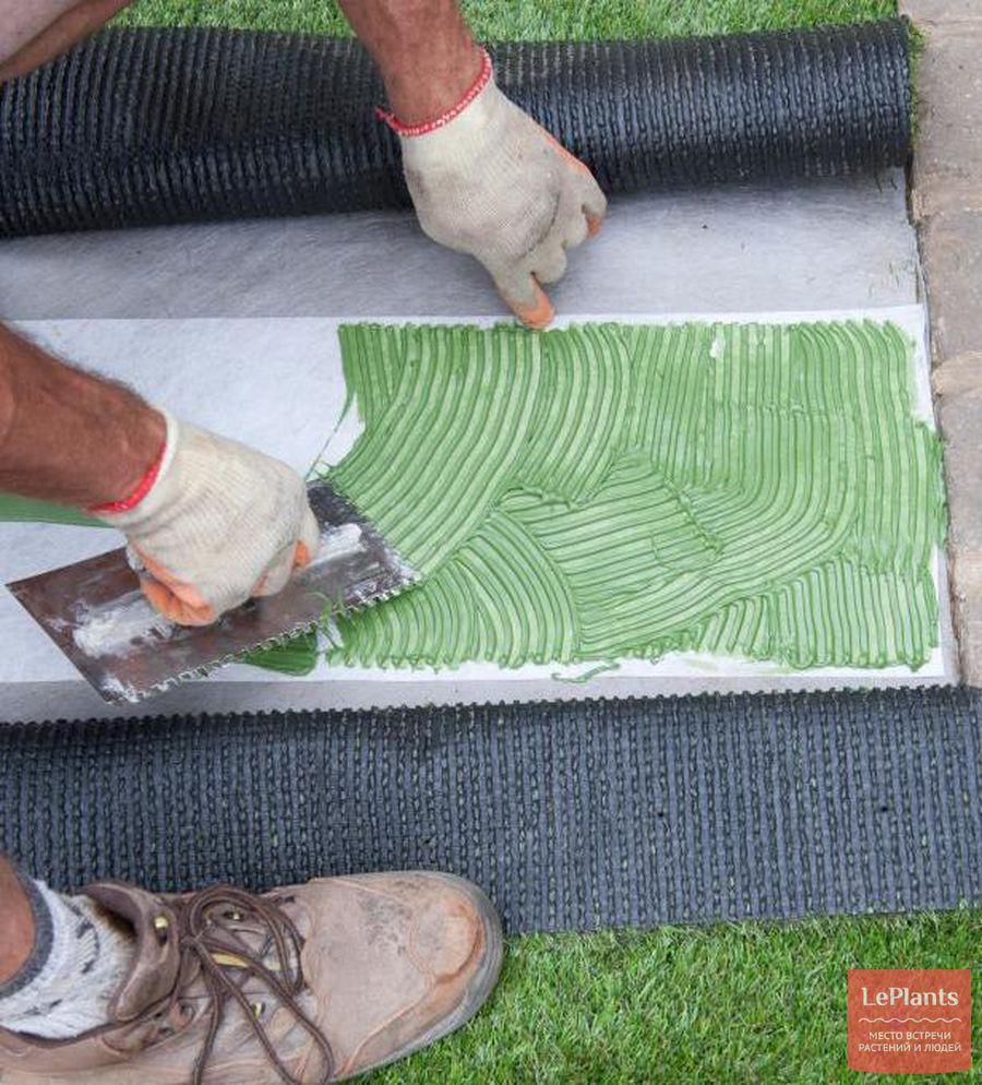 как приклеить искусственный газон